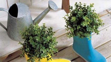 Những đôi ủng đi mưa không còn sử dụng được nữa, hãy phun sơm để làm mới và trồng những khóm hoa xinh xinh ...