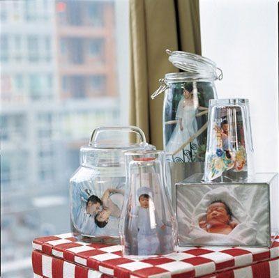 Với những chai, lọ thủy tinh, bạn cũng đừng vứt chúng đi, hãy xếp chúng lại gần nhau, cho ảnh cả gia đình, bé yêu của bạn vào, sẽ tạo nên ...