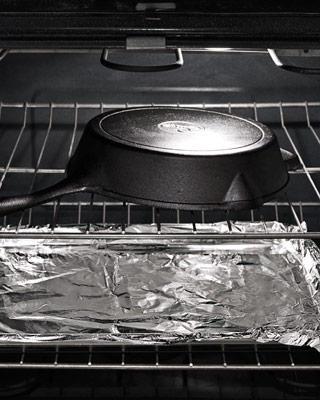 Đặt chảo lộn ngược trên giá lò nướng. Điều này sẽ cho phép dầu mỡ