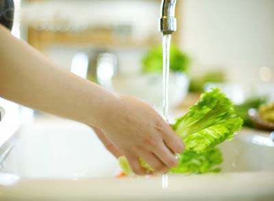 Hãy rửa sạch rau xanh và trái cây dưới vòi nước đang chảy ...