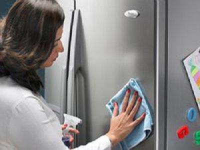 Với tủ lạnh, cần lau chùi ngay những chỗ thức ăn bị tràn đổ ,...