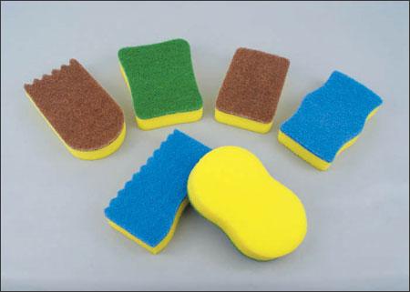Ngâm khăn lau và miếng rửa chén vào dung dịch tẩy pha loãng